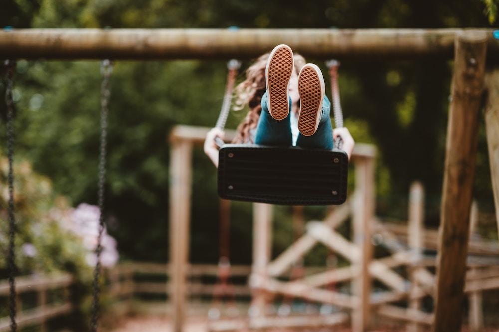 kid-on-swing